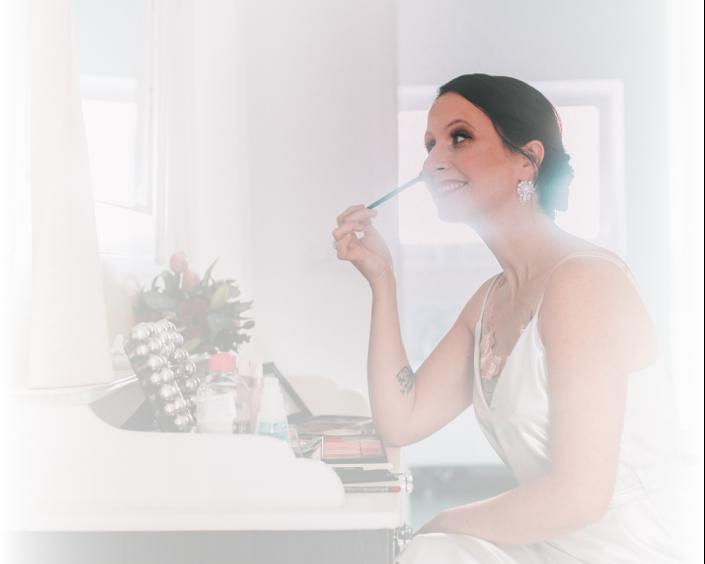 woman puting on her make-up